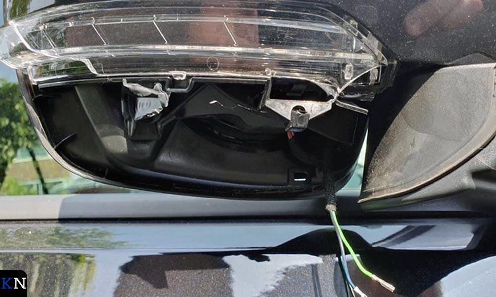 Vernielde autozijspiegel (beeld ter illustratie)
