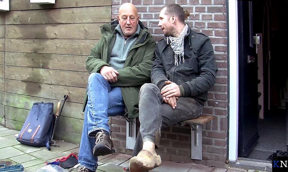 Hanjo IJkhout en Robert de Reu testen het eerste gevelbankje