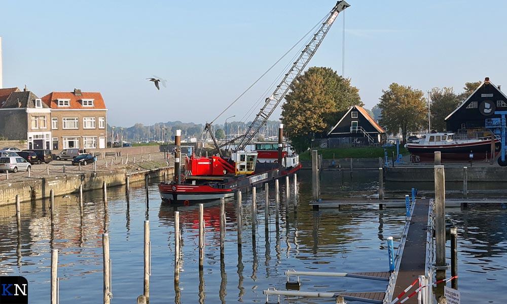 Bij de ingang van de Nieuwe Buitenhaven wordt het baggerproject voortgezet.