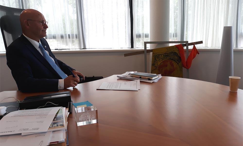 Burgemeester Bort Koelewijn luistert aandachtig naar zijn inwoonster Marja Westerink.