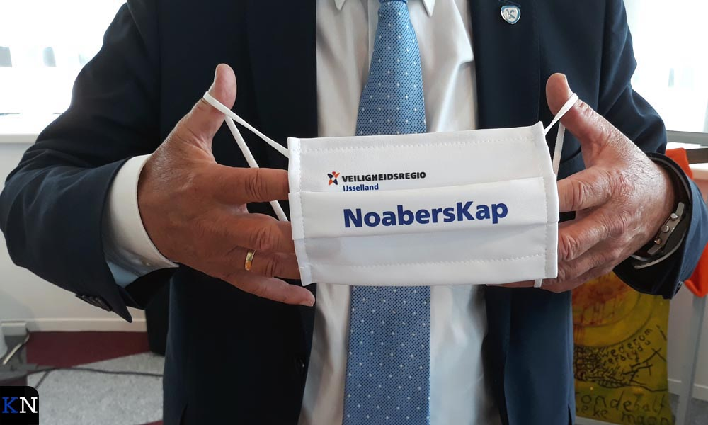 Burgemeester Bort Koelewijn toont zijn mondkapje.
