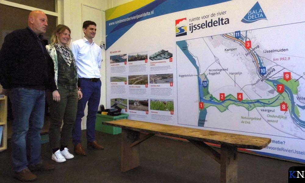 Hanjo IJkhout, Rebecca van Ommen en Dirk-Jan Zwemmer bekijken het eerste Stadsbankje.