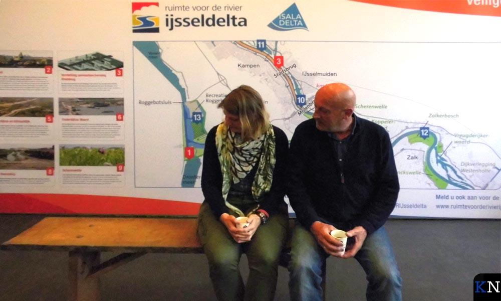 Rebecca van Ommen en Hanjo IJkhout gaan proefzitten op het eerste Stadsbankje.