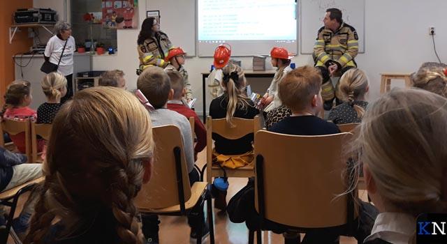 Leerlingen in Grafhorst krijgen persoonlijk brandweerboek uitgereikt