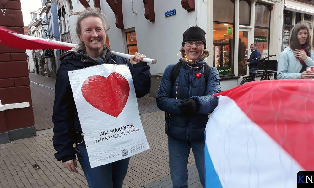 Demonstranten voor vrijheid in de Kamper binnenstad.
