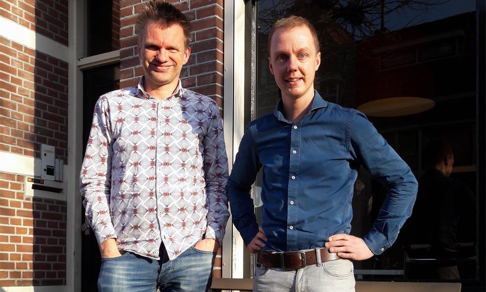 Peter Slager & Mark Bergsma voor het pand (foto: Alex de Jong).