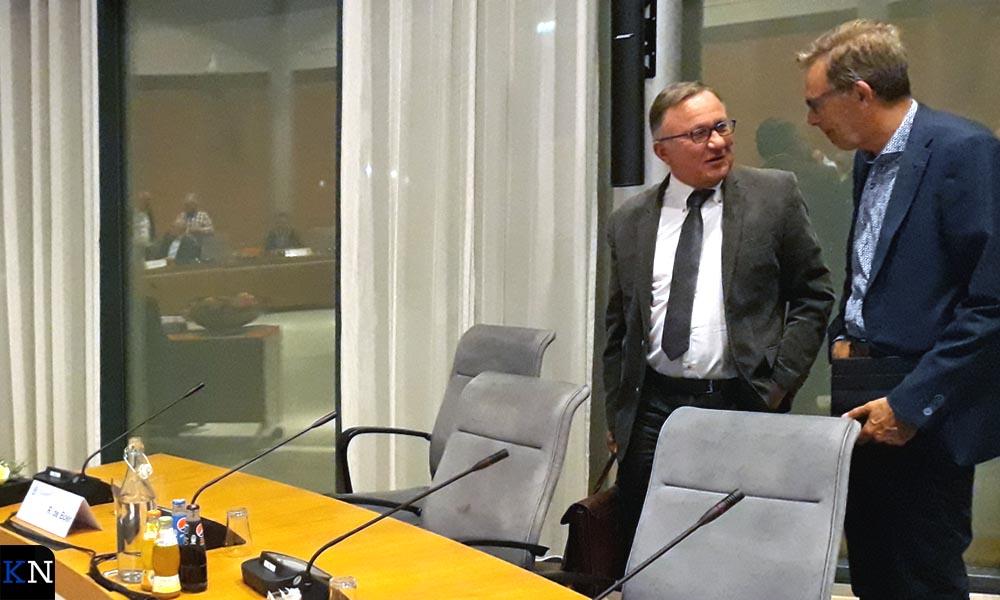 Verkenner Remmelt de Boer en gemeentesecretaris Jan Goedegebure na de openbare zitting over het verslag van de informateur.
