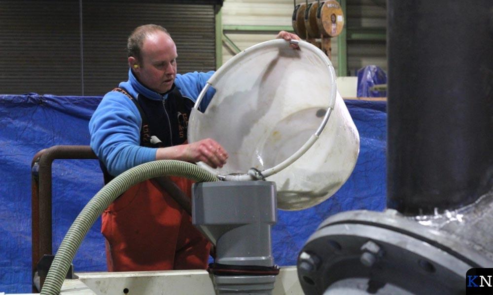Bram van Wijk (Visserij Service Nederland) test een visvriendelijke pomp.