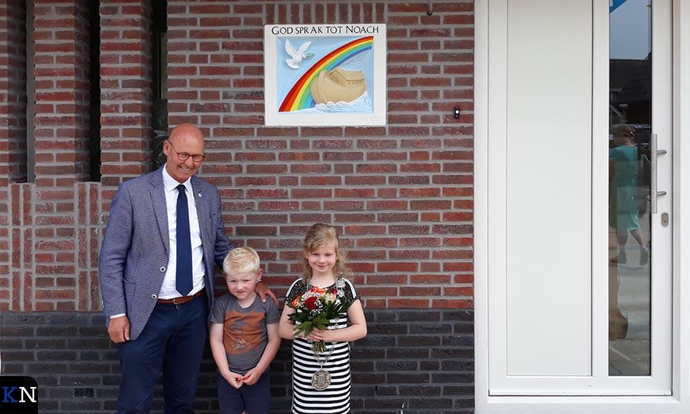Bort Koelewijn en Manoah Kloosterman poseren bij de gevelsteen met tussen hen in de buurjongen.