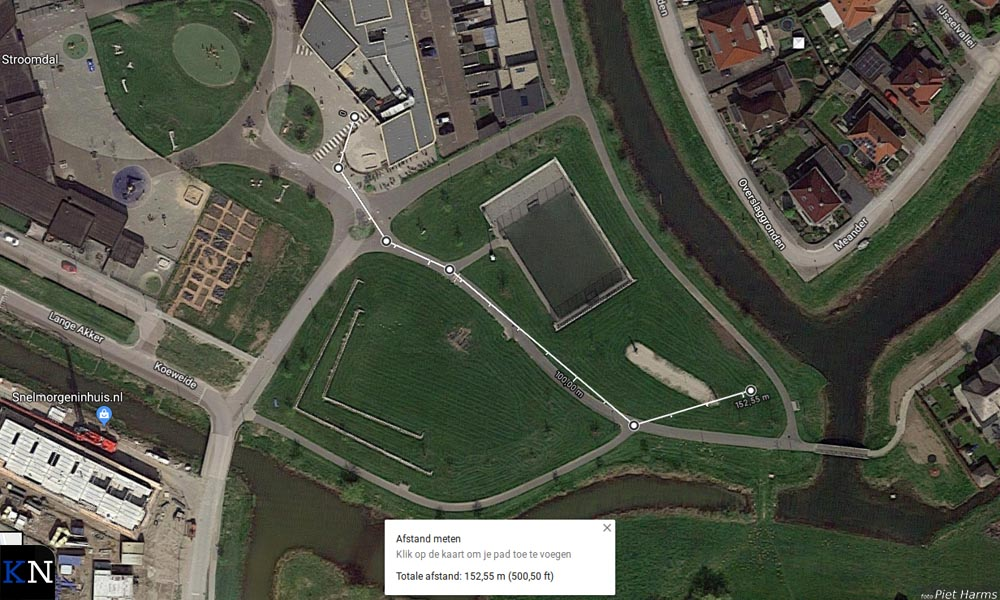 De afstand van de school naar het grasveld is ruim 150m.