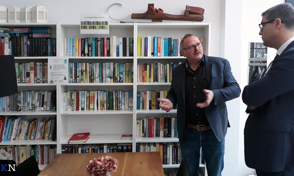 Johan Boeve toont Jan Peter van der Sluis de dorpsbibliotheek.