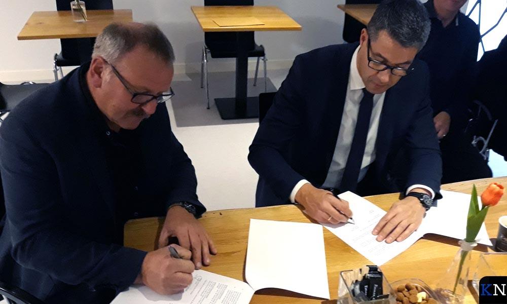Voorzitter Boeve en wethouder Jan Peter van der Sluis ondertekenen de groenbeheerovereenkomst.