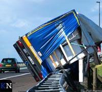 Stevige storm blaast bomen en vrachtwagens om