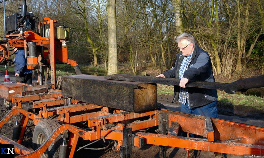 Mark Rooker in de weer met de mobiele houtzagerij.