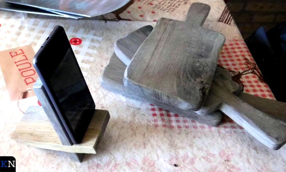 Gebruiksvoorwerpen gemaakt van de tot planken verzaagde oude stadsbrugpijlers.
