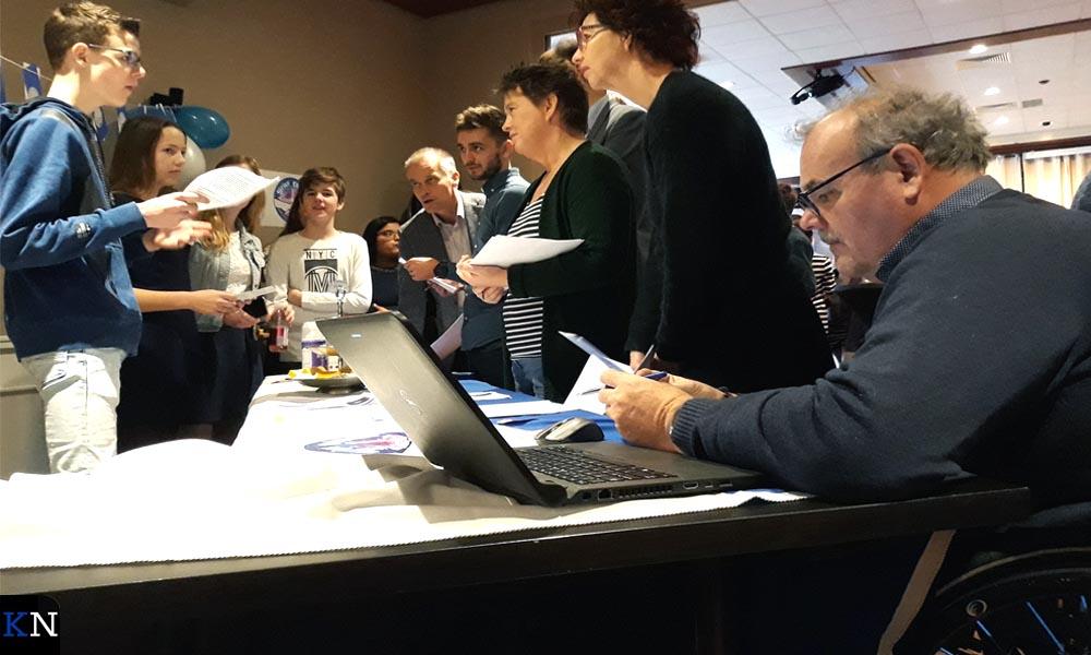 De jury luistert naar een presentatie met op de voorgrond Willem Scheffer.