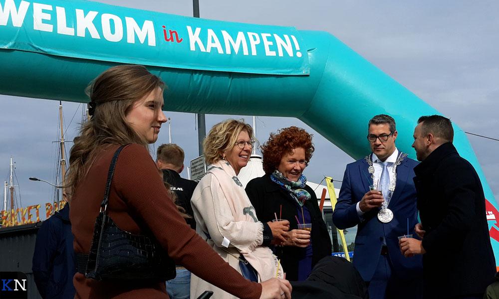 Dochter, wethouders en (loco)burgemeesters op de IJsselkade in Kampen.