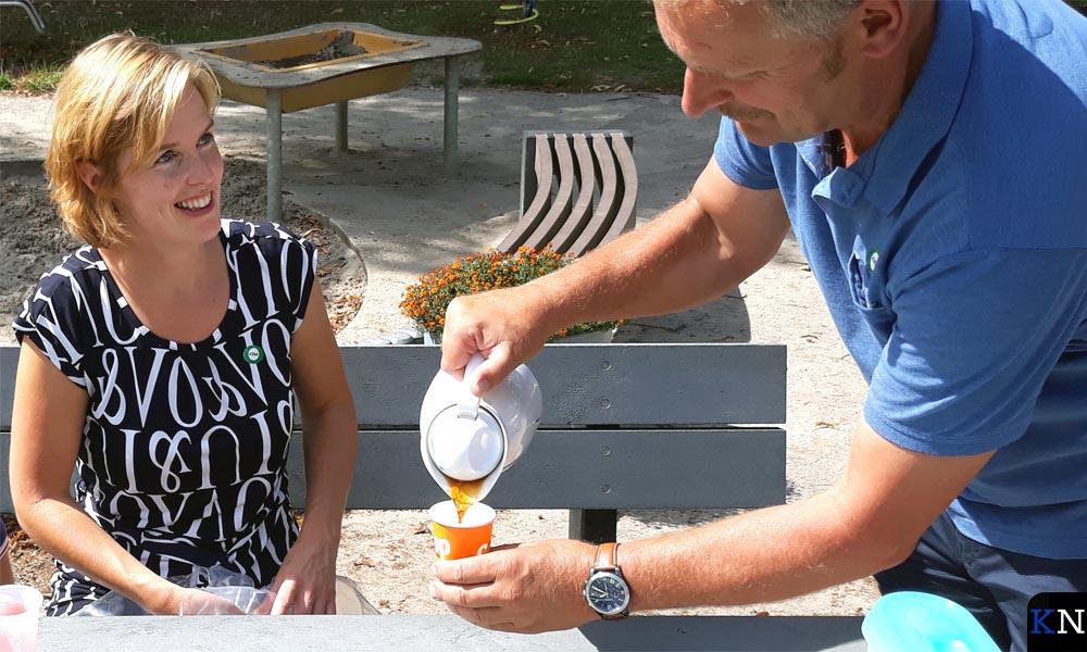 Hilde Palland wordt koffie ingeschonken door Henk Selles.