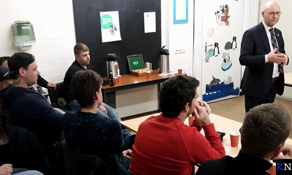 Evaluatiebijeenkomst in wijkcentrum Reijersdam met burgemeester en carbidschutters.