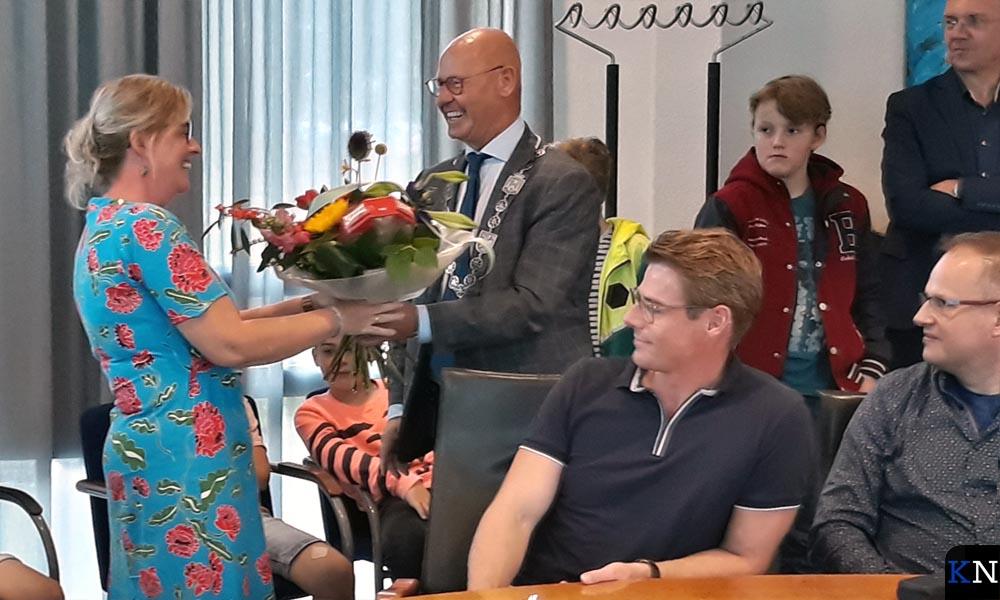 Als steun en toeverlaat krijgt de moeder van Rosalijn een bloemetje.