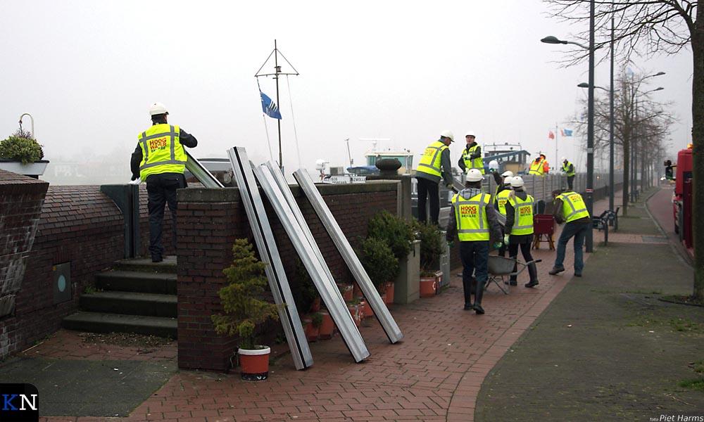 De mobiele waterkering langs de IJssel(kade) is weer afgebroken door de Hoogwaterbrigade.