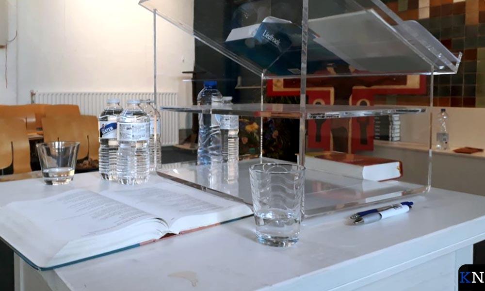 De predikanten worden ruim van water voorzien.
