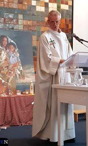Ds. Jager gaat voor bij het kerkasiel in de Bethelkerk te Den Haag.