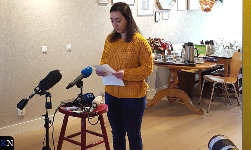 Hayarpi Tamrazyan leest gedichten voor aan de (internationale) pers.
