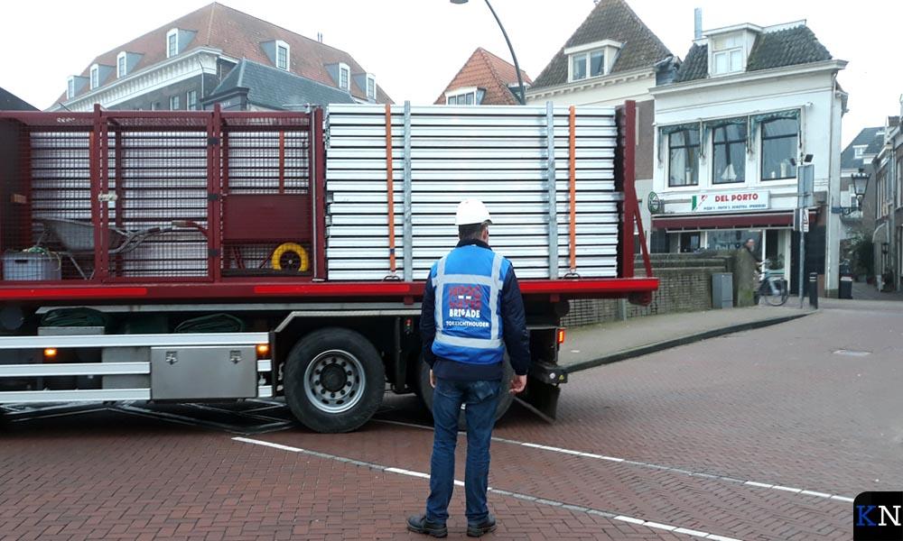 Transport van onderdelen van de huidige waterkering.