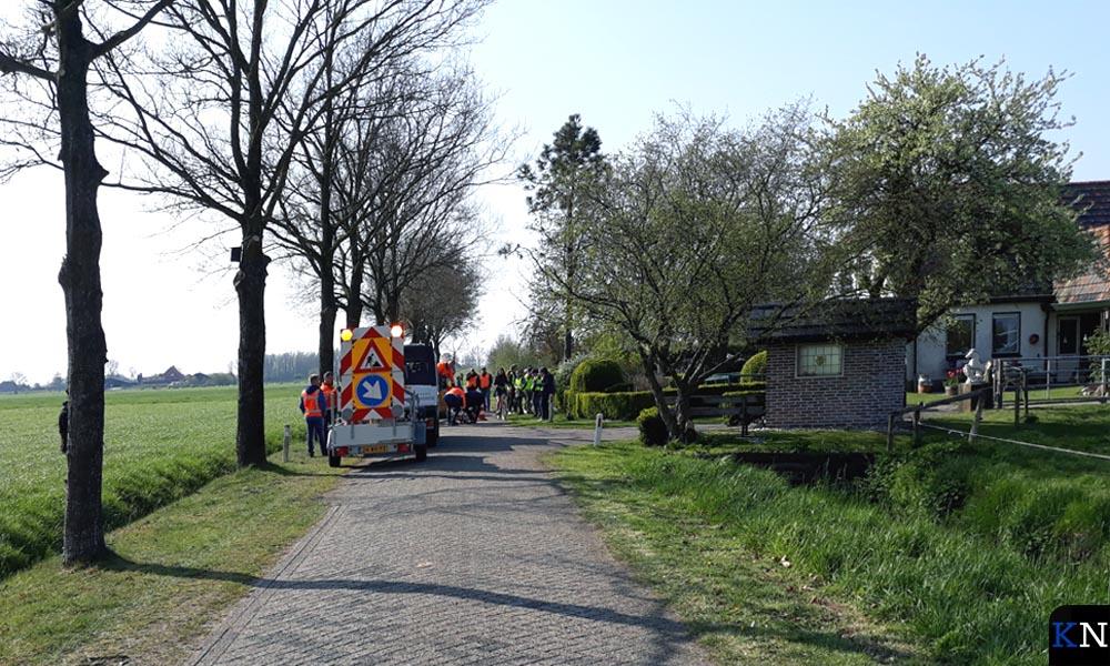 Aan de Veecaterweg wordt het eerste nestkastje voor koolmezen opgehangen.
