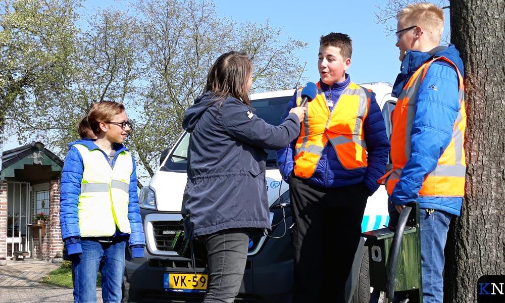 Leerlingen van het Ichthus College geven een interview aan RTV Oost.