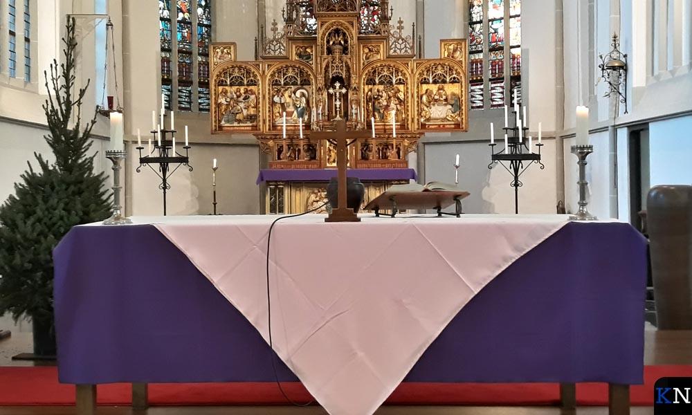 Het altaardoek volgt de liturgiekleur roze van zondag Gaudete..