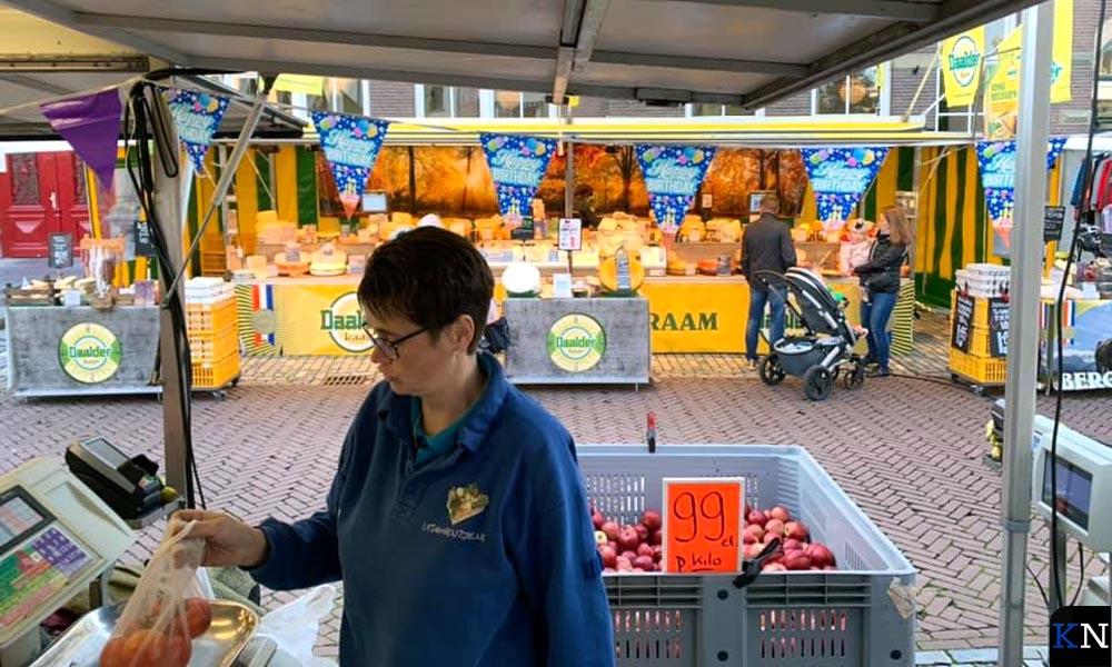 Alice Potkamp bemenst de kraam van Vitamientje.nl