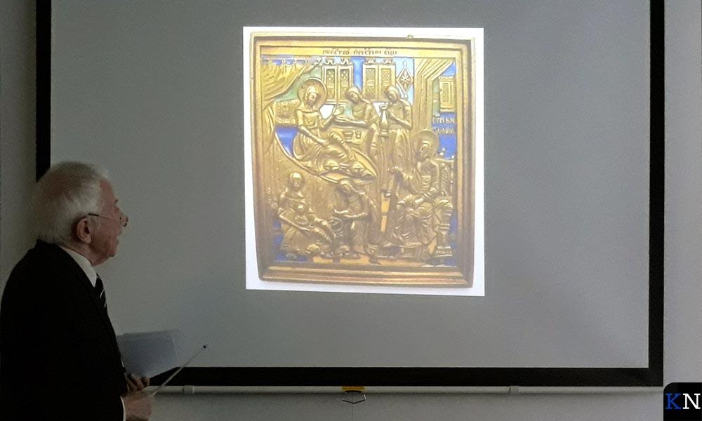 Stefan Jeckel wijst op details in een metaalikoon.
