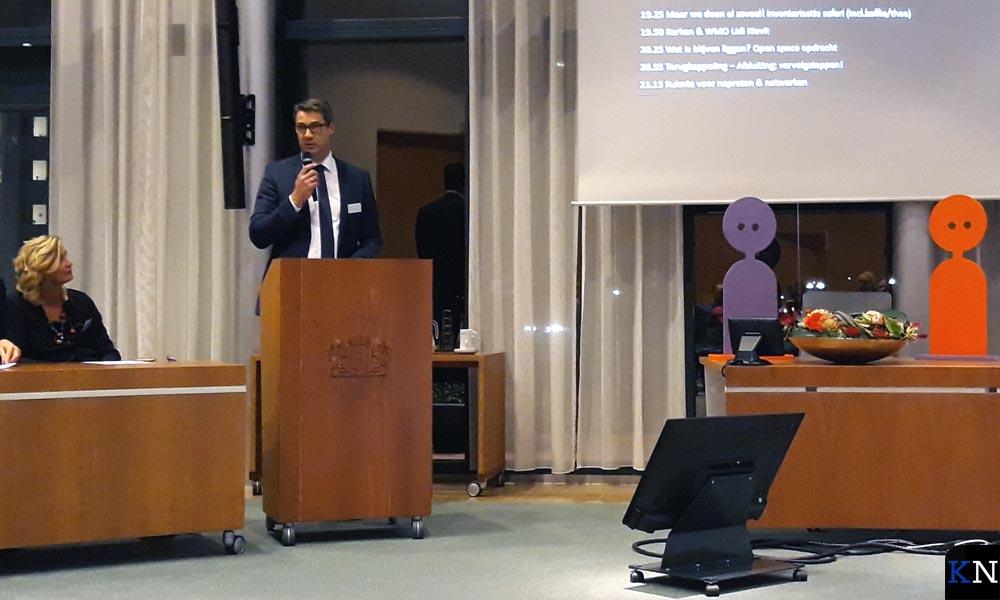 Jan Peter van der Sluis opent de mini-conferentie met een tekst uit Hebreeën.