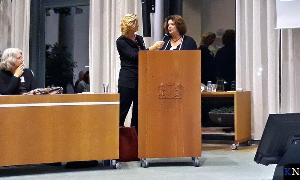 Aline Kramer (Present) spreekt met Atty van de Lingen (Eetkamer). Links zit Lidi Kievit.