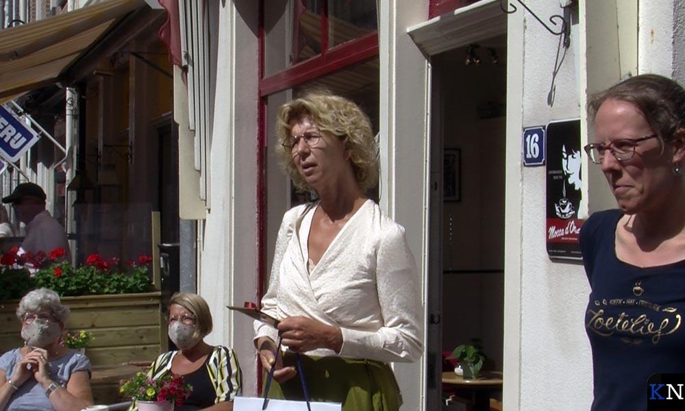 Irma van der Sloot en Gerlyne van de Poll reiken de prijzen uit.