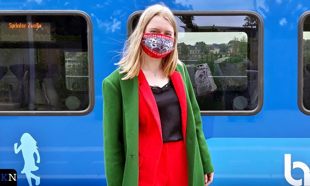 Sietske toont haar mondkapje op station Kampen.