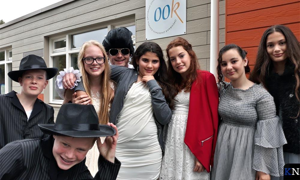 Vertrekkende leerlingen met hun meester van de Dirk van Dijkschool.