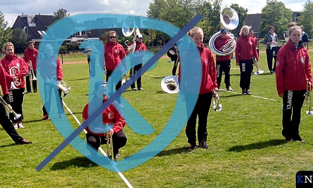 De muzikanten van KTK reperteren op het sportveld.
