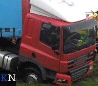 Vrachtwagen parkeert in berm van N50