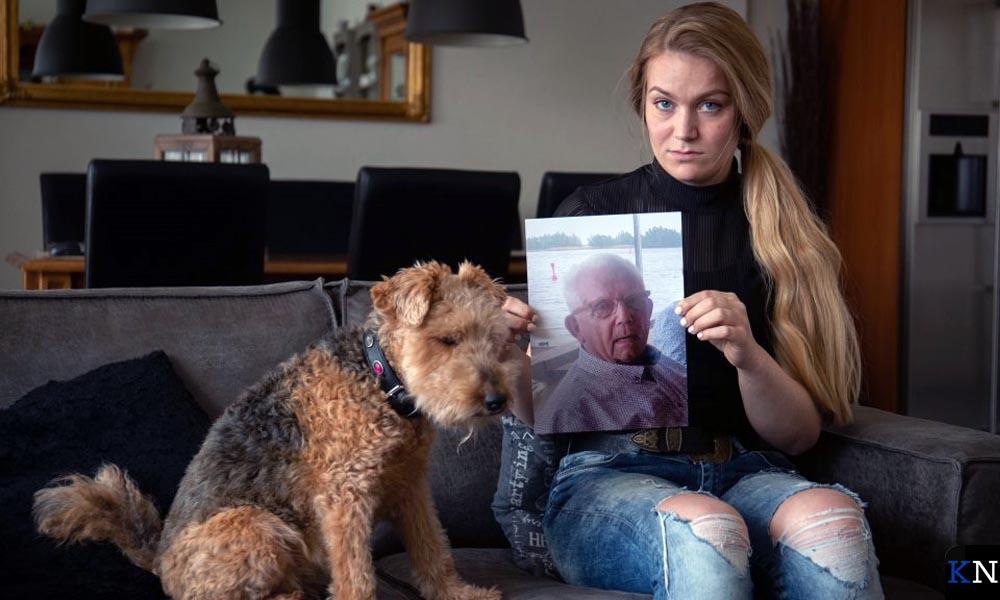 Irissa van den Belt met een foto van haar vermiste opa (foto: Freddy Schinkel)