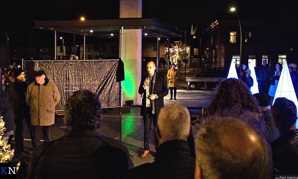 Wethouder Geert Meijering spreekt de aanwexzigen toe bij de parkeerdekopening.