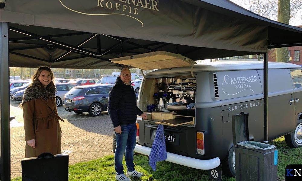 Campenaer schonk koffie na een bezoek aan de Kamper vaccinatielocatie.