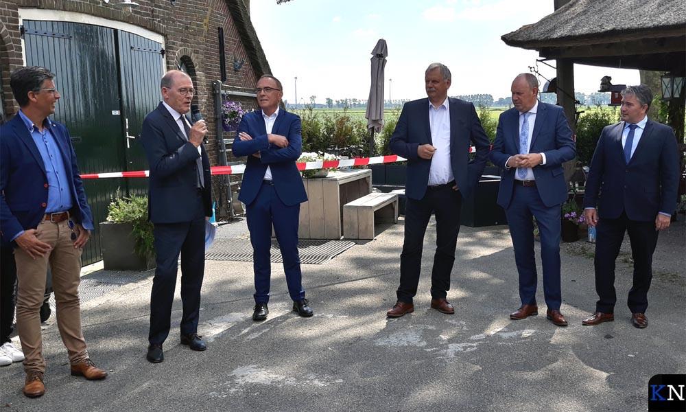 V.r.n.l. Albert Coster, Bert Boerman, Albert Holtland, WDODelta-afgevaardigde en Piet Zoon