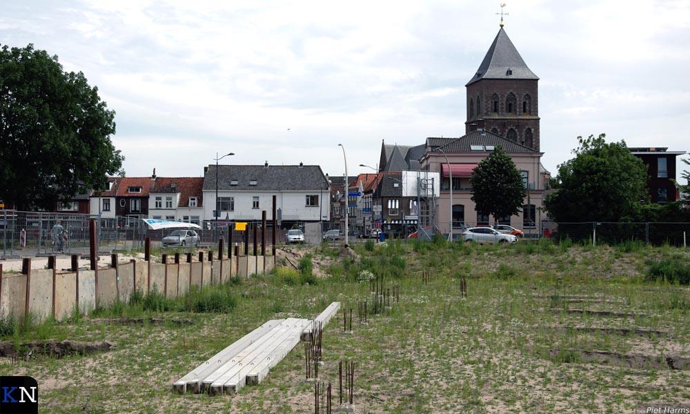 Op de bouwplaats voor het parkeerdek bij de Buitenhaven tiert het onkruid welig.