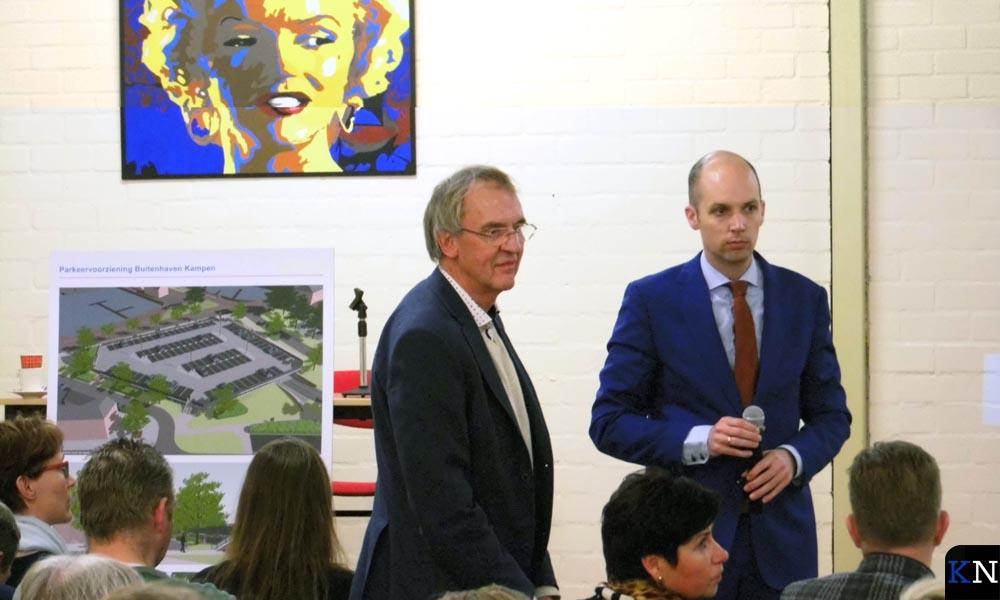 GGD-deskundige Jan van Ginkel en wethouder Geert Meijering informeren de bewoners in Reyersdam.