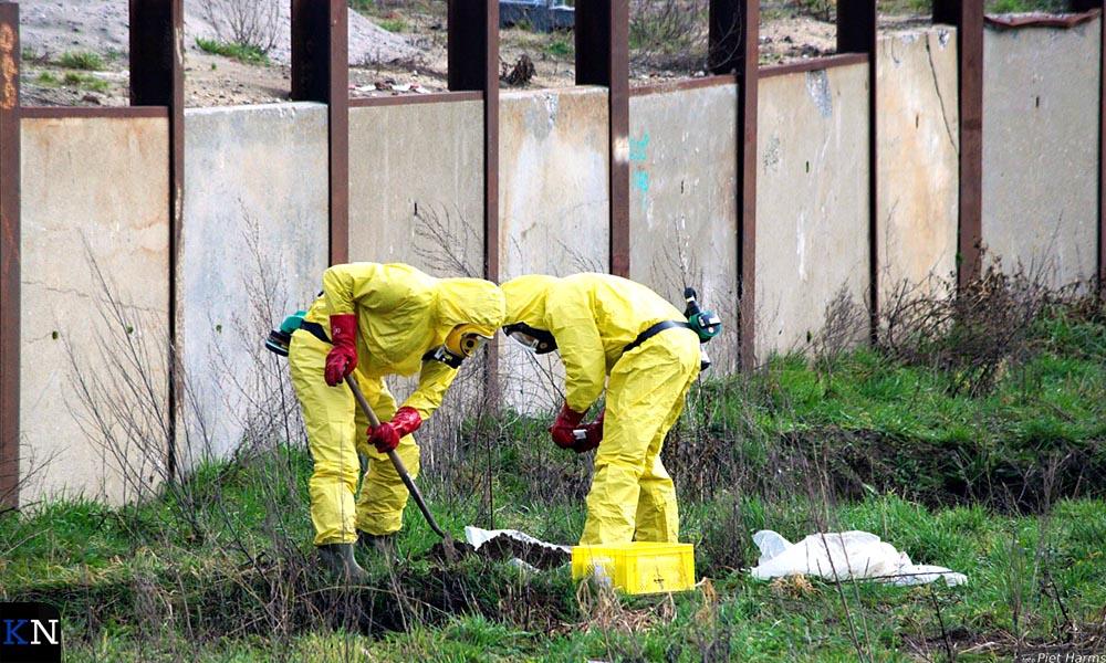 Medewerkers van aannemer Hegeman inspecteren de grond waar het parkeerdek in Brunnepe moet verrijzen.