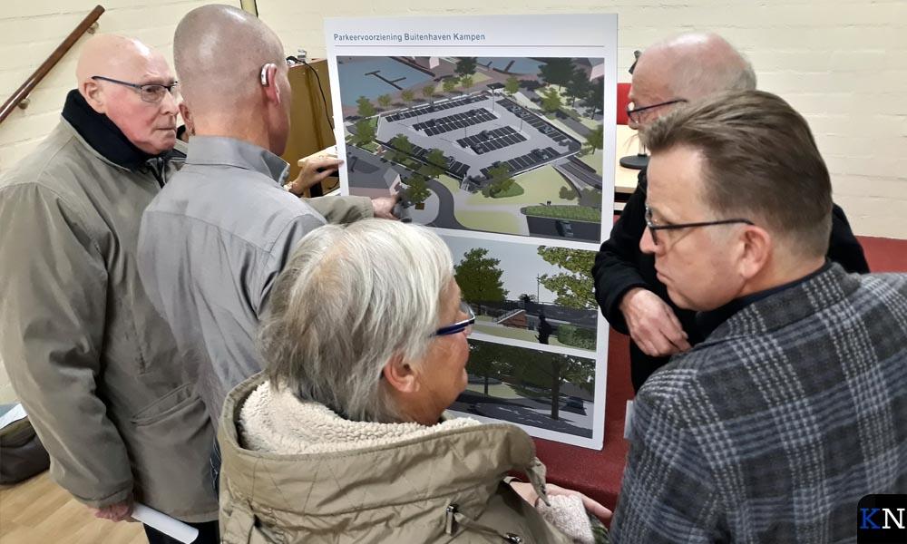 Aanwezigen op de bewonersavond bespreken de schets van het nieuwe parkeerdek in Brunnepe.