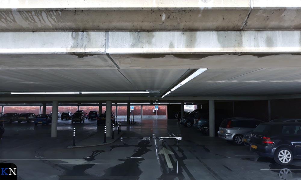 Langs naden en voegen sijpelt het lekwater vanaf het plafond naar benden.